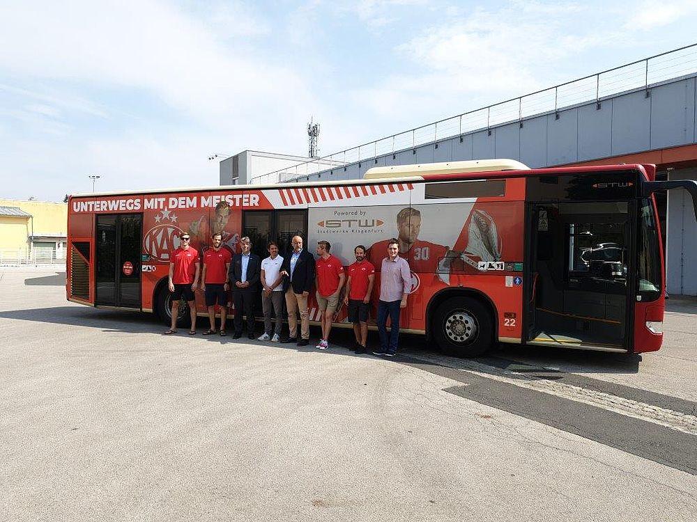 Der KAC Rotjacken Bus im total look
